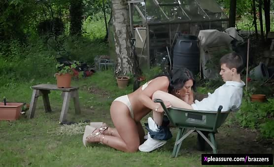Brazzers - Mommy Got Boobs - A View of the English Cuntryside scene starring Candi Kayne & Jordi El Niño Polla